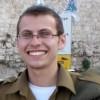 Der durch einen Kopfschuss verletzte IDF-Soldat zeigt eine leichte Verbesserung seines Zustands