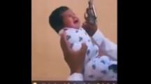Palästinensischer Vater bereitet seinen neugeborenen Sohn auf den Dschihad vor